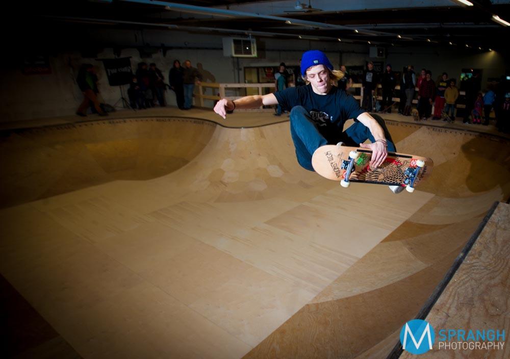 APELDOORN - Met enkele honderden belangstellenden over de vloer heeft indoor-skatepark Real-X zaterdagmiddag zijn nieuwe vestiging geopend. De skatehal zit op het terrein van De Zwitsal aan de Vlijtseweg. Er waren vooral veel jongeren, die zich met hun skateboard onder de arm stonden te verdringen voor de met een lint dichtgeplakte deur van de splinternieuwe skatehal. Die werd zaterdagmiddag geopend door wethouder Olaf Prinsen. Jongeren, maar ook enkele oudere jongeren, doken vervolgens massaal op de nieuw aangelegd skatebaan. Ook veel ouders namen een kijkje, net als leden van de gemeenteraad. Real-X zit in een van de hallen van de voormalige farmaceutische fabriek De Zwitsal. Het gebouw heeft ook een bar, een winkel en een materiaalpost, maar ook een nagenoeg geluiddichte oefenruimte voor bands. Die kan ook dienen als opnamestudio. Voor Real-X was de verhuizing naar De Zwitsal de derde en mogelijk laatste. De initiatiefnemers Jolien Westerbroek en David Hornbeck hopen er definitief te kunnen blijven. Real-X begon in de oude Sparta-fabriek aan de Prins Willem Alexanderlaan, verhuisde daarna even verderop naar het oude pand van Plieger aan de Prinses Beatrixlaan. Daarna volgde het voormalige Formido-pand aan de Sleutelbloemstraat. Bij al die panden ging het om tijdelijke huisvesting. Met hulp van de gemeenteraad kwam er nu een derde en mogelijk definitieve verhuizing.
